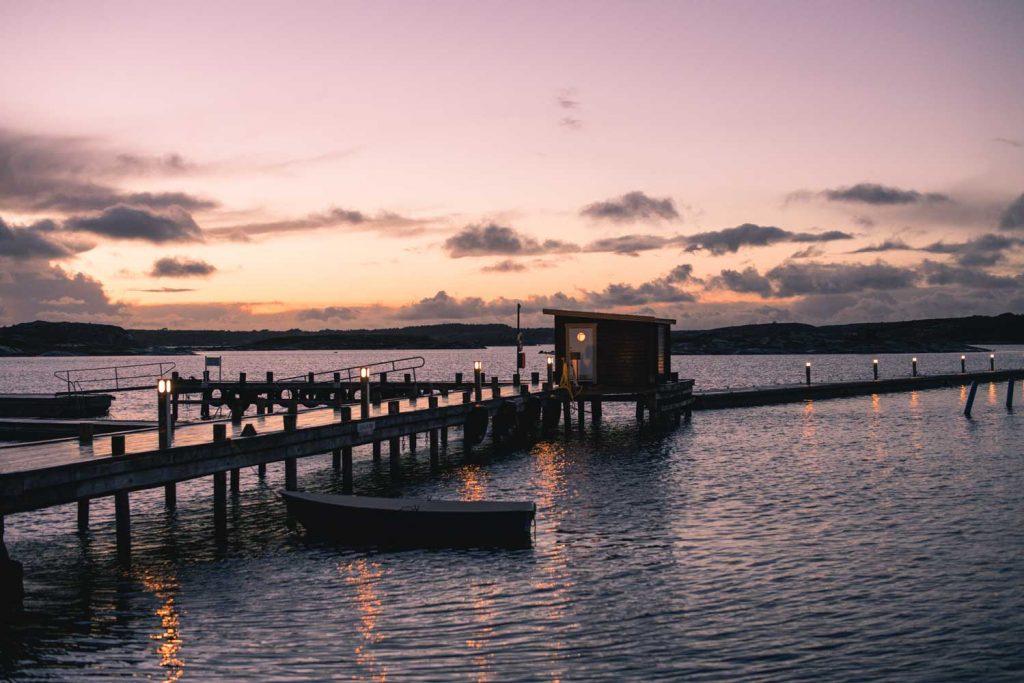 Havsbastun på bryggan lyser och är varm på hösten i Bohuslän