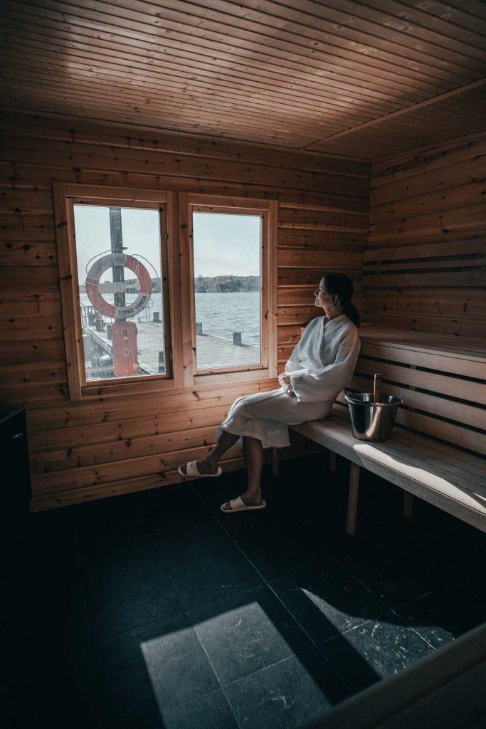 Kvinna badar havsbastu på bryggan vid havet i Bohuslän och testar sedan ett kalldopp