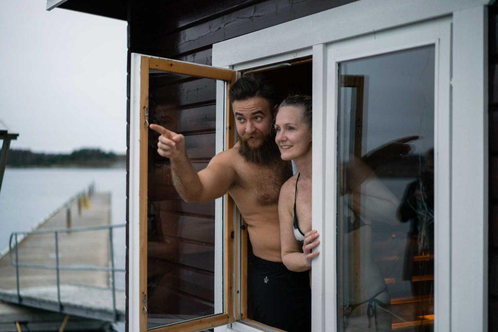 Par badar bastu vid havet i Bohuslän