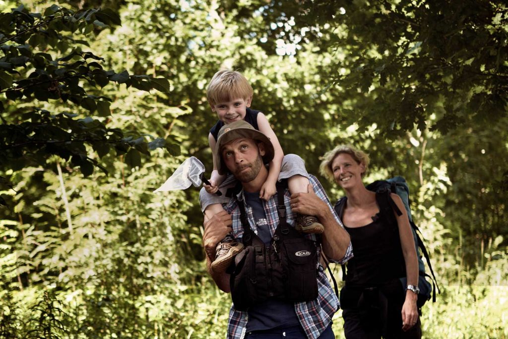 Familj vandrar tillsammans i den bohuslänska naturen på Västkusten