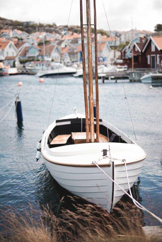 Vacker klassisk träbåt i den charmiga fiskehamnen i Grebbestad i Bohuslän