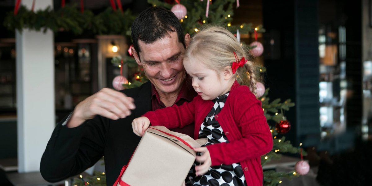 bild som visar far och dotter framför julgranen