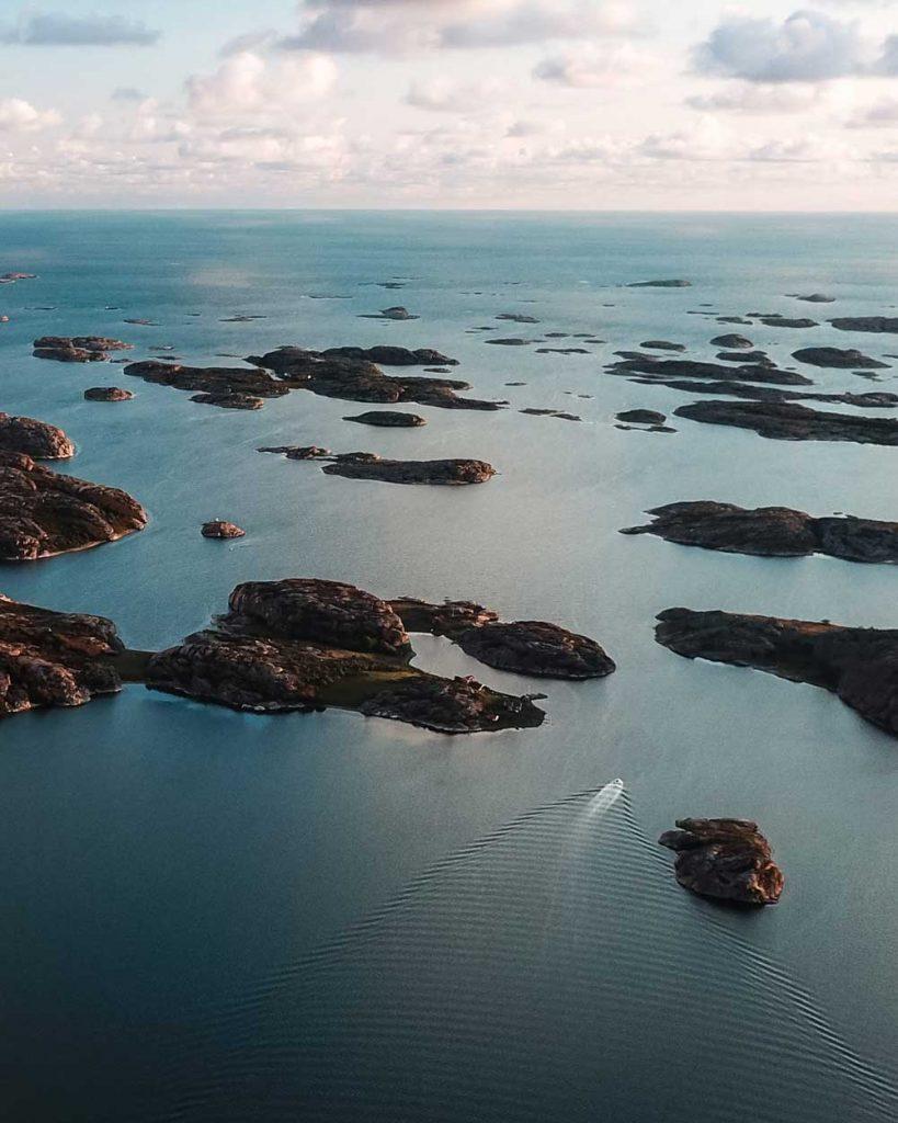Vacker flygbild över Fjällbacka skärgården