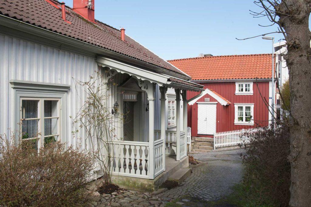 Mysiga skärgårdshus längs vackra promenadvägar i Fjällbacka