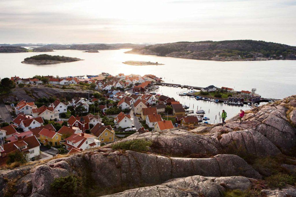Besök den lilla kustbyn Fjällbacka under din vistelse på hotellet TanumStrand