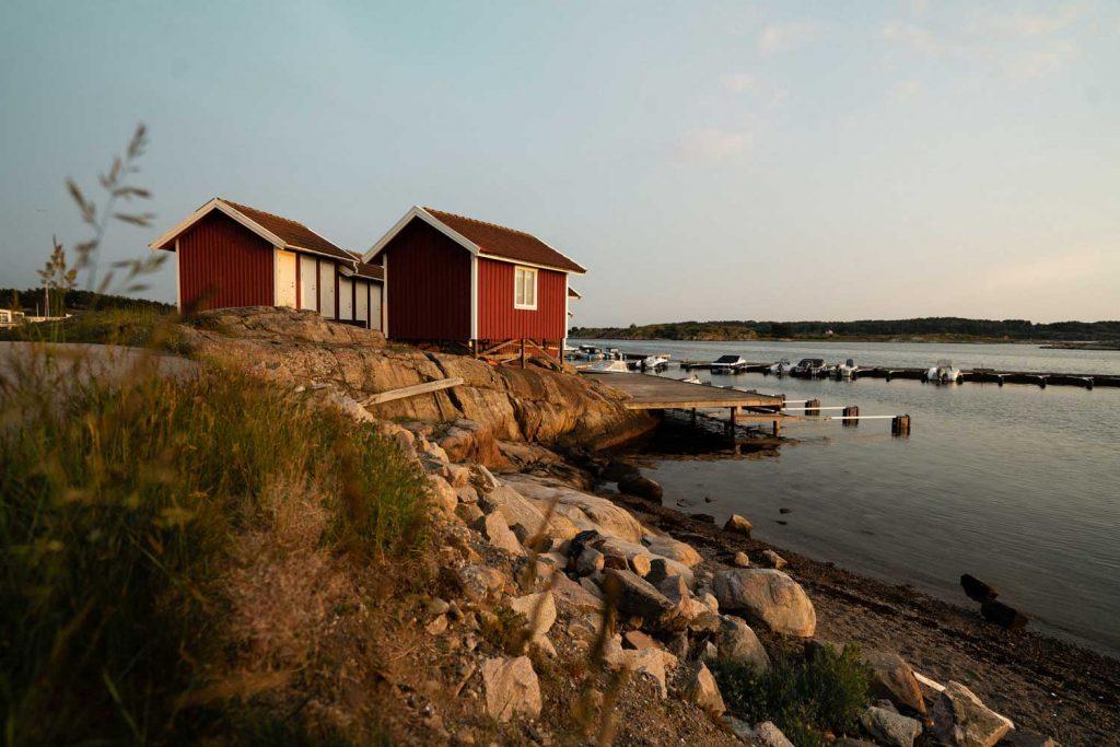 Två röda sjöbodar vid havet på klipporna i Bohuslän på västkusten