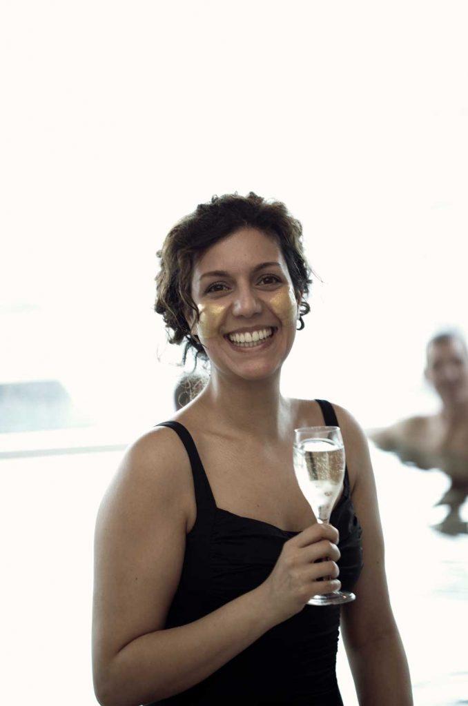 Spagäst testar guldmask och dricker champagne på spa vid havet i sverige