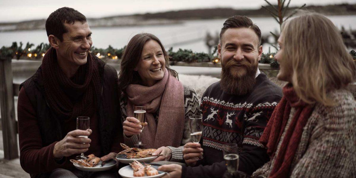 Vänner firar jul vid havet med julbord på spahotellet TanumStrand