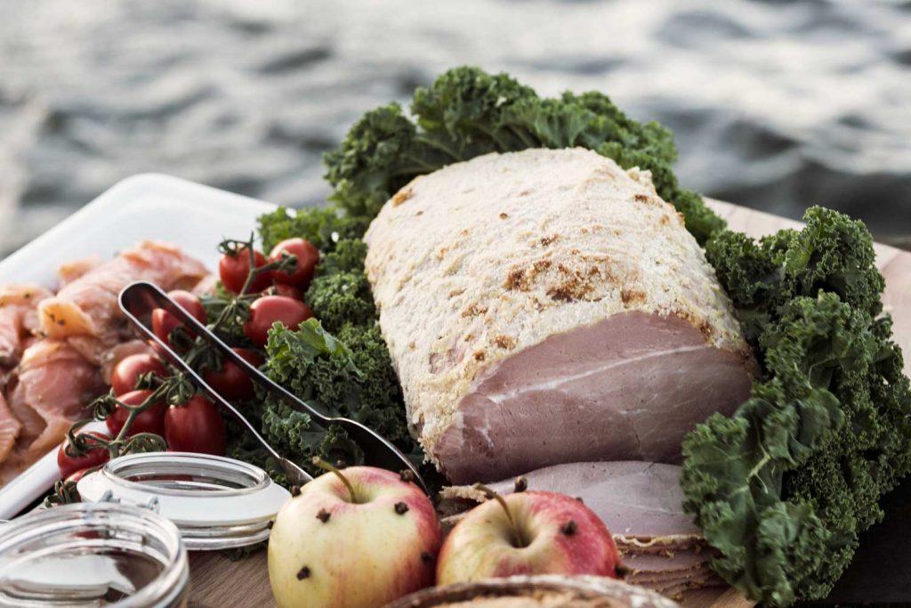 Julskinka på årets traditionella Julbord på TanumStrand vid havet på västkusten