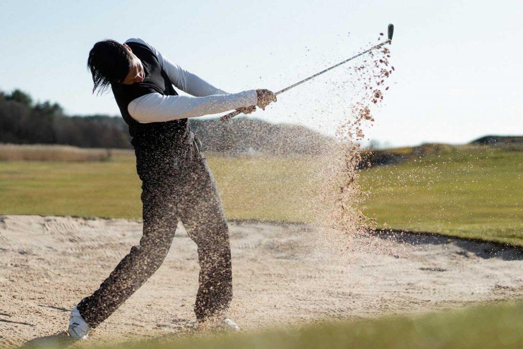 Golfspelare spelar golf på Västkusten i Bohuslän