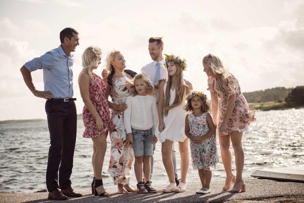 Familj firar Midsommar på TanumStrand vid havet nära Grebbestad och Fjällbacka