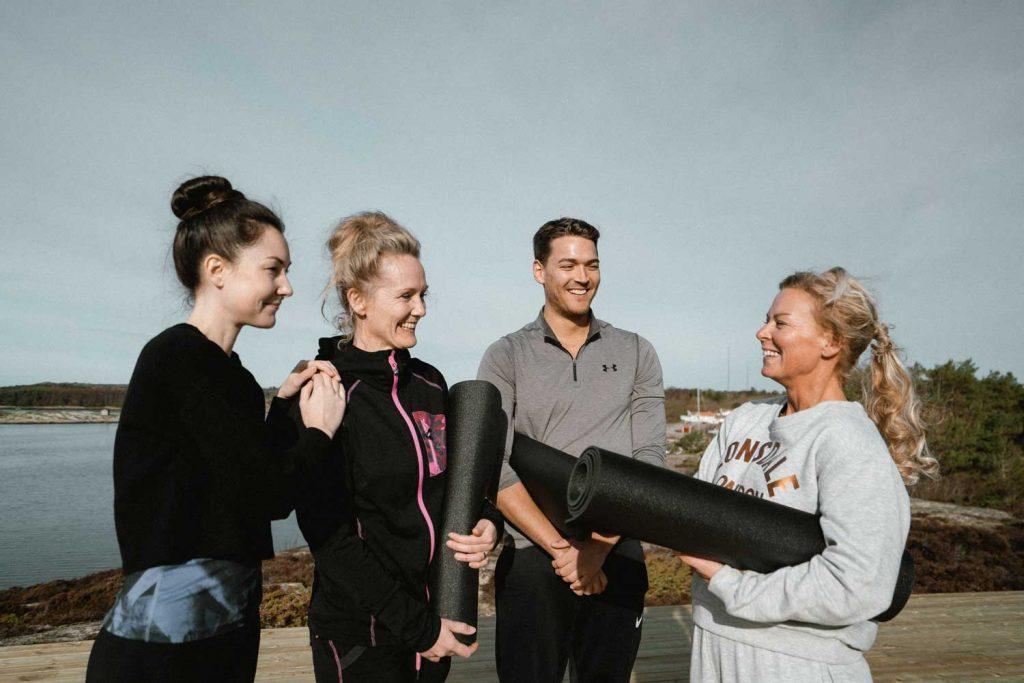 Vänner som deltar på yogahelg på Västkusten