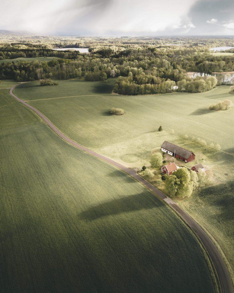 Flygbild över gröna åkermarker i Västsverige där lokalproducerade råvaror odlas
