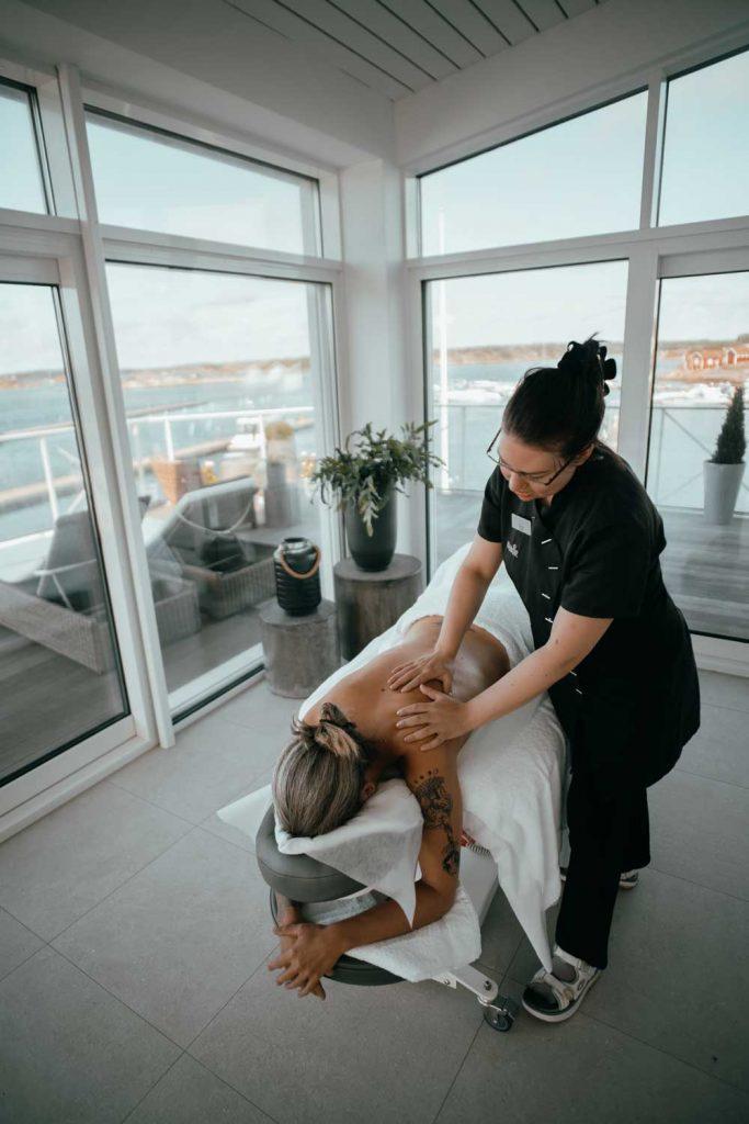 Kvinna får massage av en spaterapeut på spahotellet TanumStrand nära Grebbestad och Fjällbacka