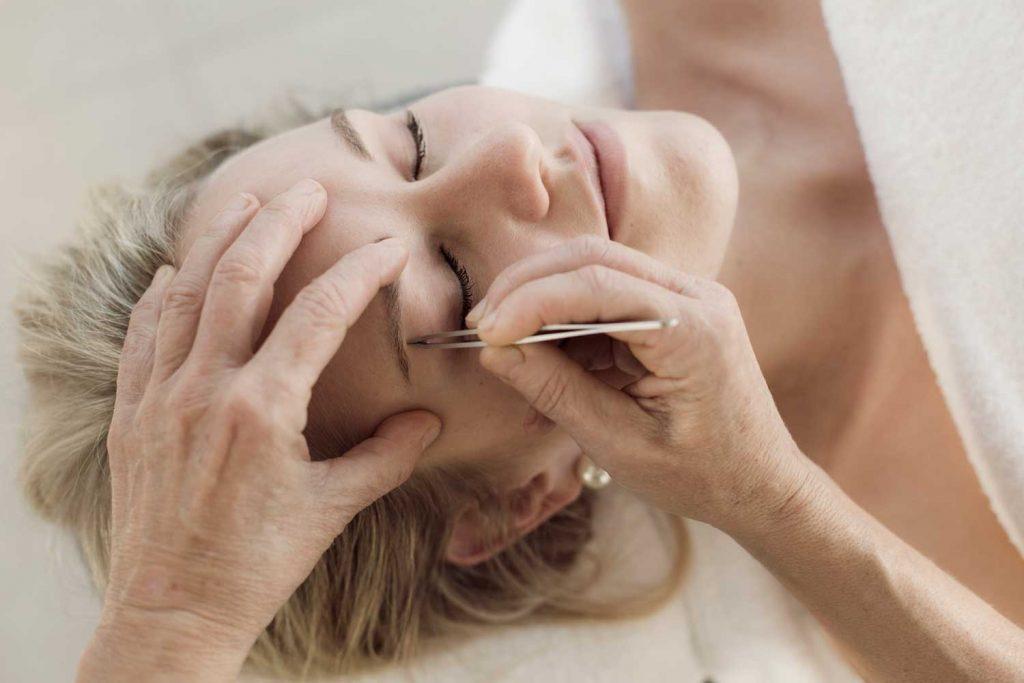 Kvinna får ögonfransar och bryn färgade och formade på spa under sin vistelse på spahotellet Tanumstrand mellan Grebbestad och Fjällbacka
