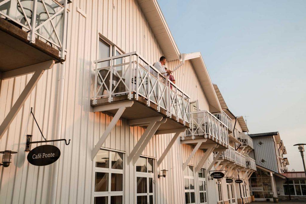 Hotellrum med balkong och havsutsikt på västkusten i sverige