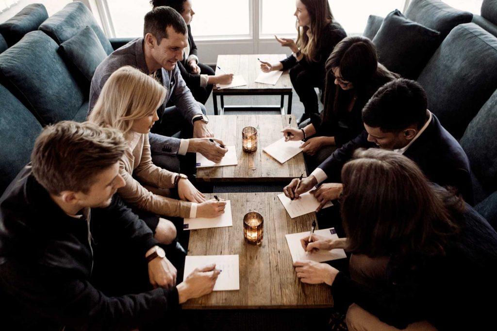 Konferensgrupp gör gruppövning för teambuilding på konferensanläggningen TanumStrand på Västkusten