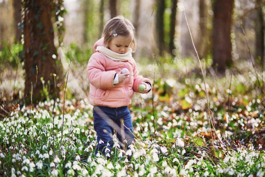 Ett barn letar efter påskägg utomhus under påsklov på TanumStrand i Grebbestad