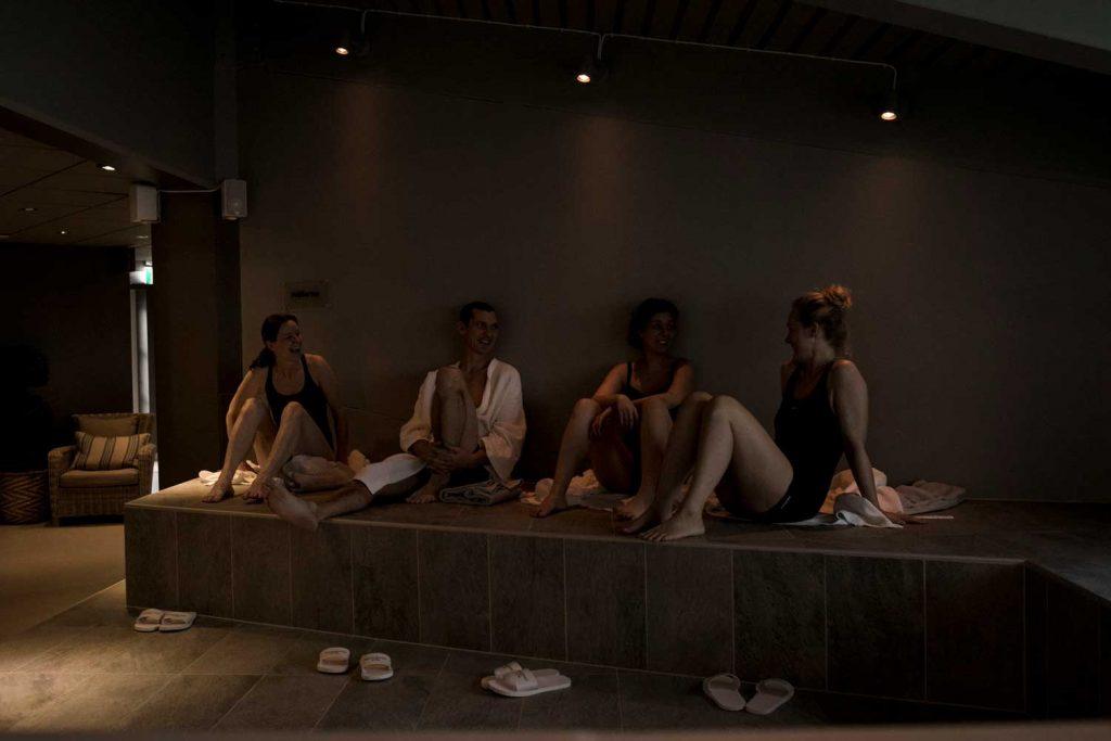 Vänner slappnar av tillsammans i spaavdelningen på TanumStrand