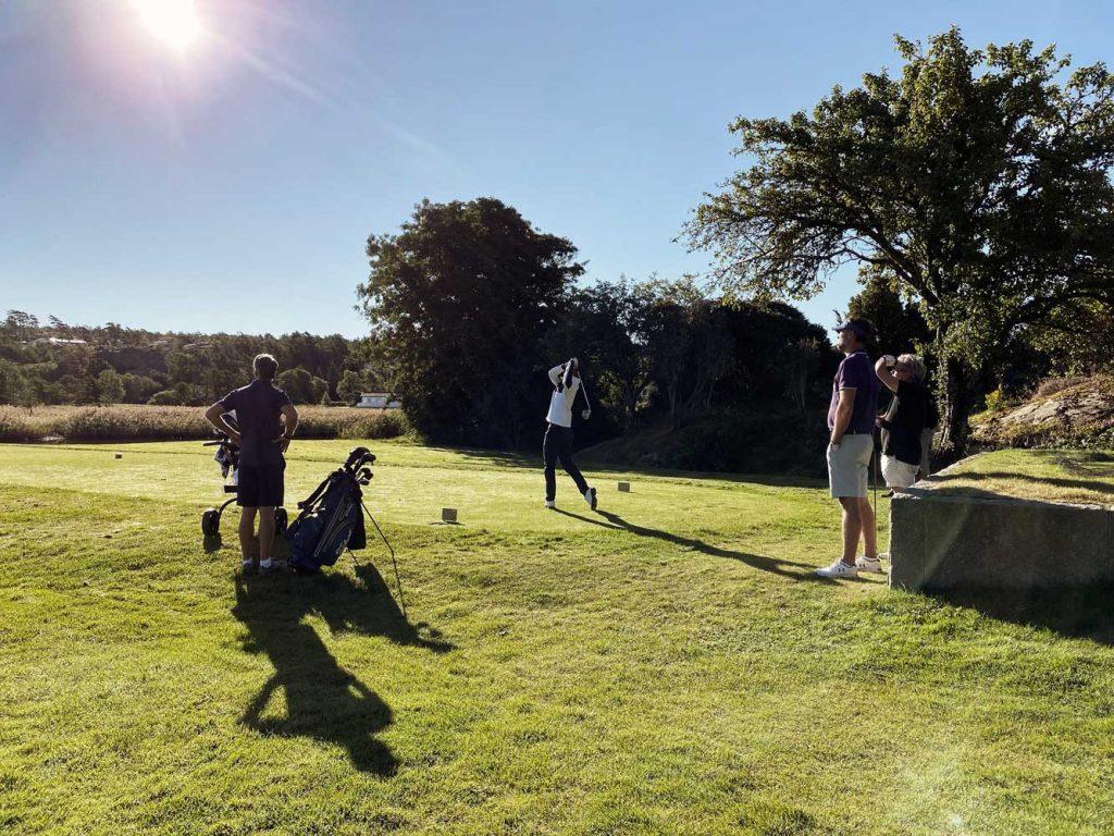 Golfare spelar golf tillsammans på Västkusten nära Fjällbacka och Grebbestad under sin vistelse på spahotellet TanumStrand