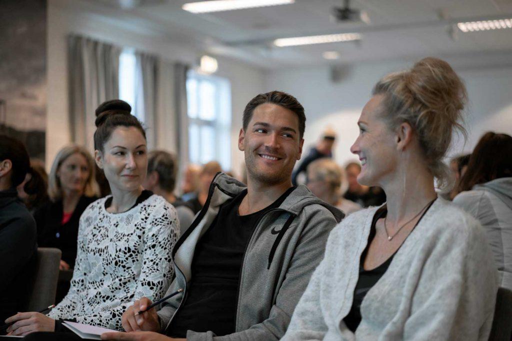 Vänner lyssnar till föreläsare under en träningshelg på TanumStrand