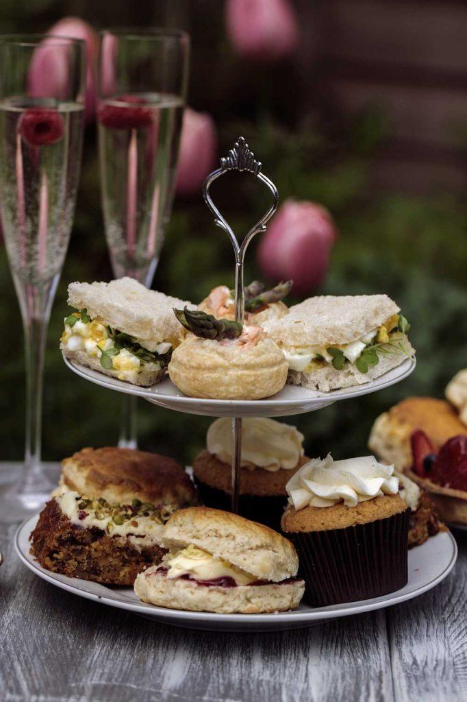 Afternoon Tea serveras på lördagar på hotellet TanumStrand vid havet på Västkusten