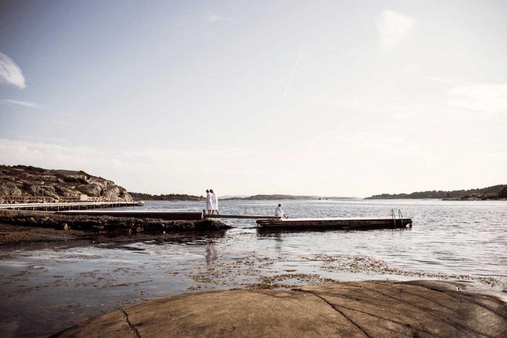 Spagäster promenerar på bryggan vid havet efter ett dopp vid havsbastun under sin spavistelse på Västkusten