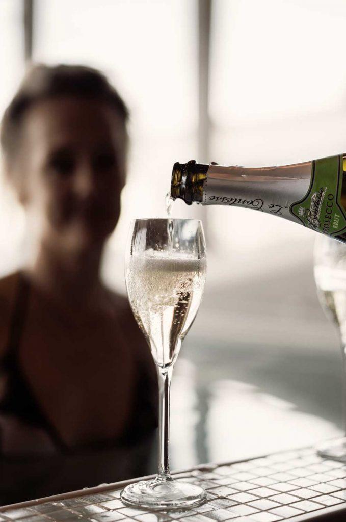 Spagäst blir serverad ett glas champagne i bubbelpoolen på spahotellet TanumStrand