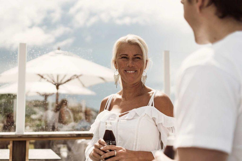 Gäster på restaurang njuter av god mat och dryck på uteserveringen på TanumStrand i Grebbestad