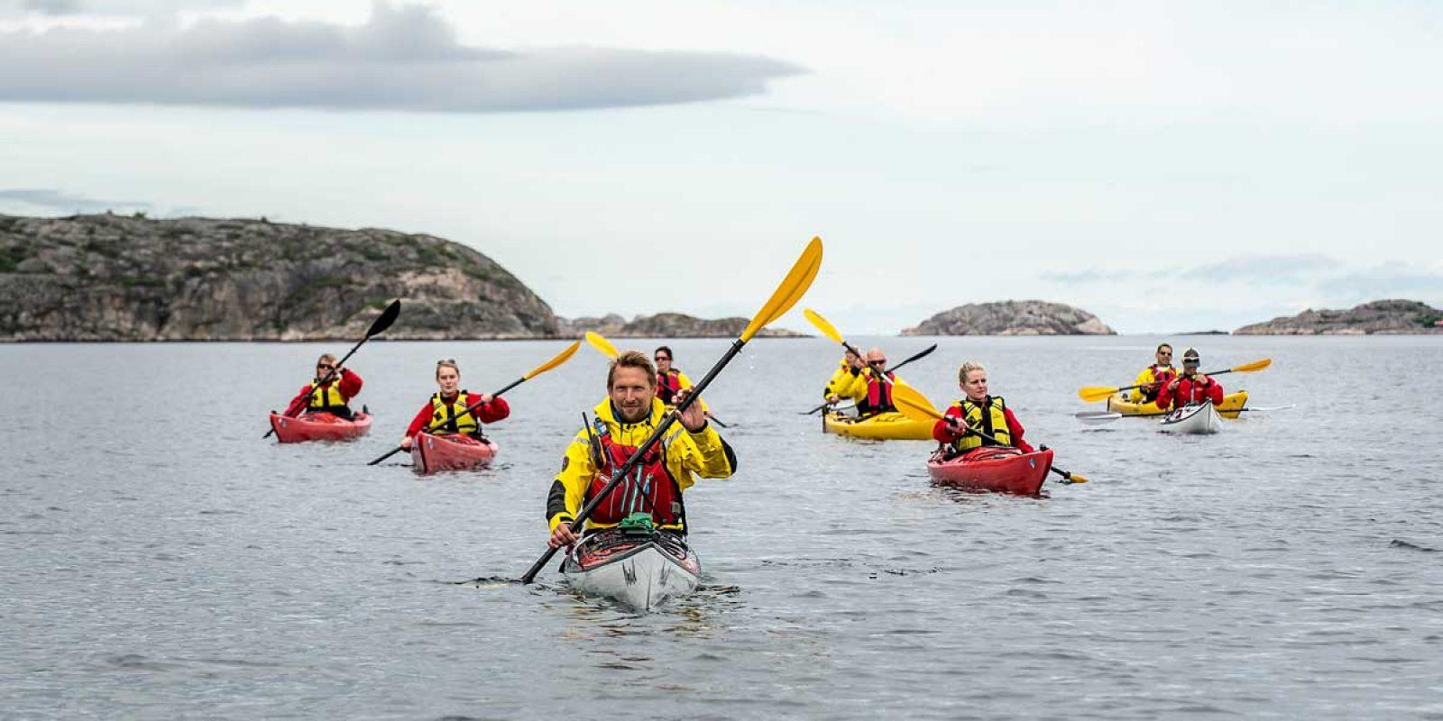 Kajakpaddlare paddlar kajak tillsammans med en guide från Skärgårdsidyllen i norra Bohuslän i Västsverige