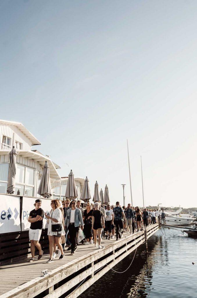 Sommargäster på after beach på Beach Club TanumStrand i Grebbestad på Västkusten