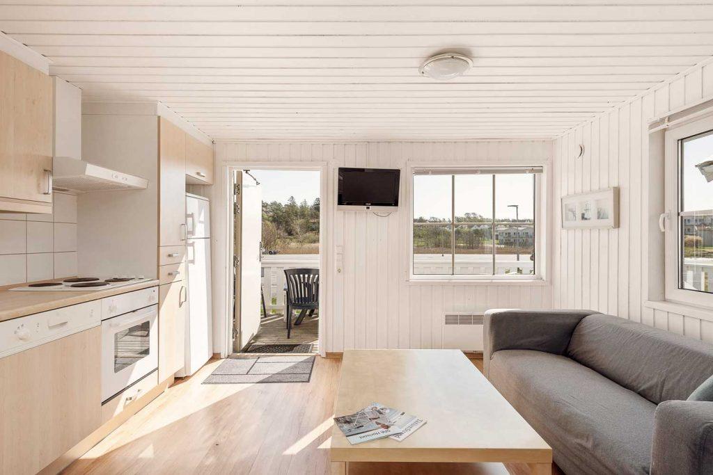Kök och vardagsrum i en av stugorna med fyra bäddar du kan hyra på TanumStrand i Grebbestad i Västsverige