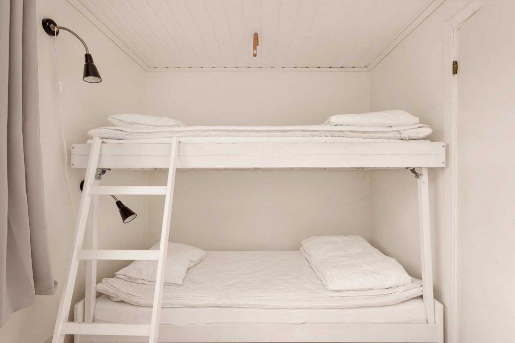Ett av sovrummen med två sovplatser i en våningssäng i en av stugorna man kan hyra på TanumStrand i Grebbestad