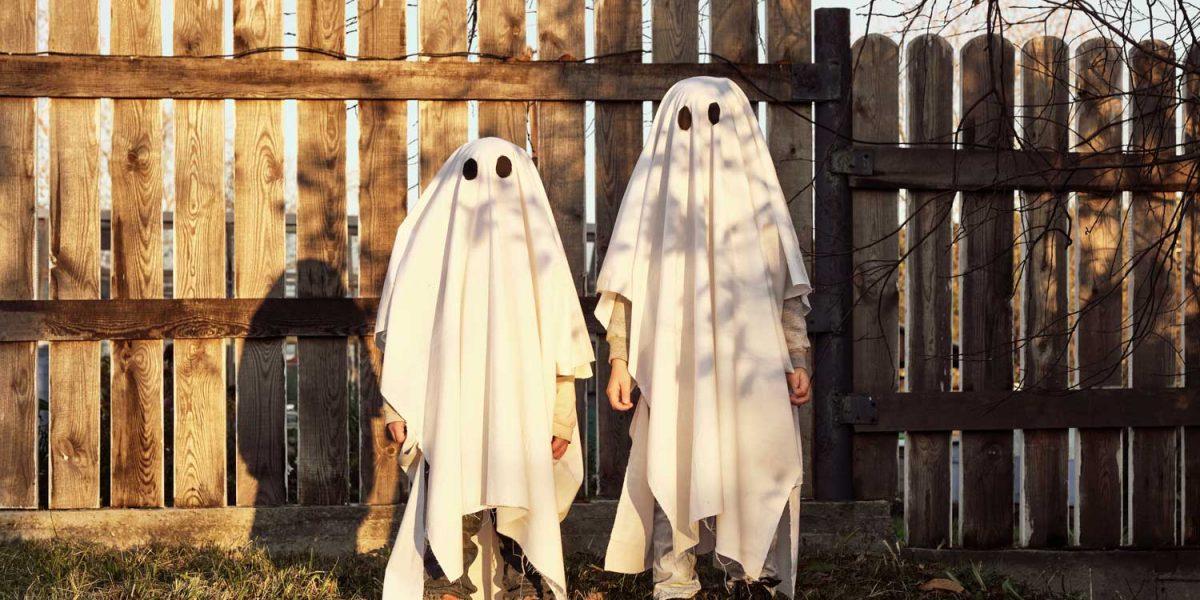 Barn utklädda till spöken under Höstlovet och Halloween på TanumStrand i Grebbestad