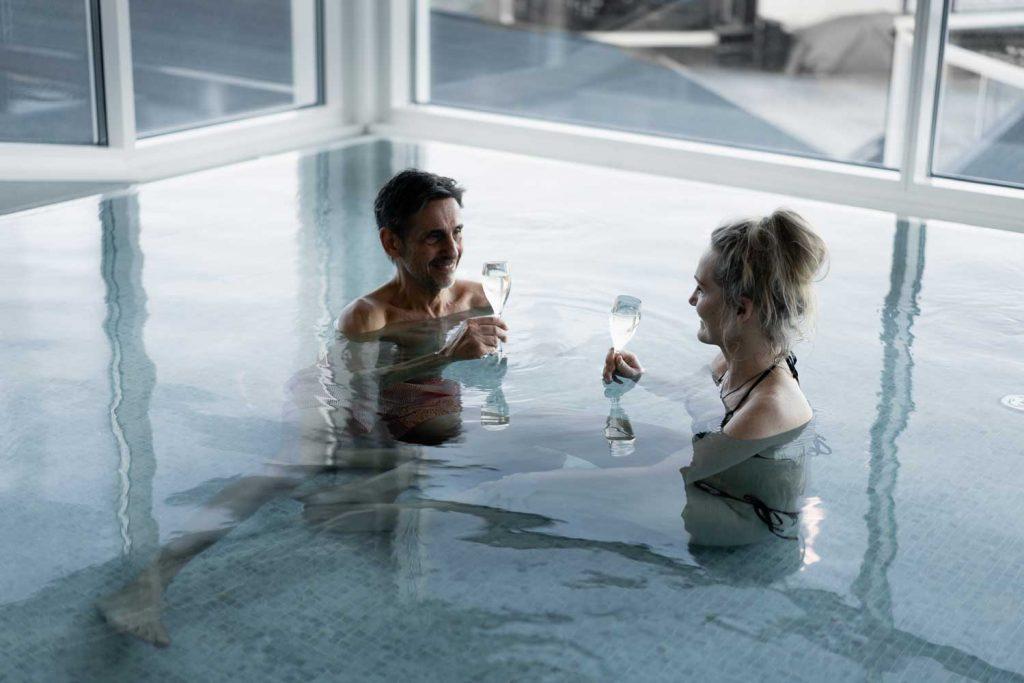 Par skålar i champagne på spahotell vid havet i sverige